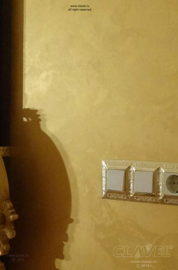 Гостиная. Стены в стиле золотой парчи.