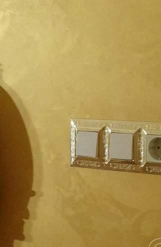 Стены в стиле золотой парчи - фото в интерьере. Гостиная